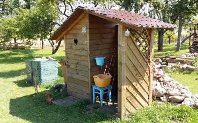 LT01 Lauko tualetas su integruota malkine/lauko prausykla, dvišlaitis, siena 19mm. Kaina nuo 750 Eur