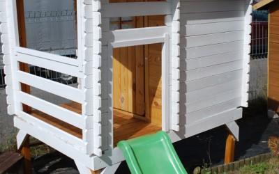 VN04 Žaidimų namelis Vilius su plastikine čiuožykle 120cm, 175x130(135x118)x h 205cm, siena 19 mm, ruberoidinė stogo danga, gali būti nudažytas.