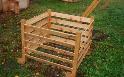 Komposto dėžė 100x100x70 cm, su mediniais stulpeliais
